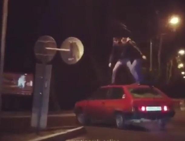 «Смотри, как я могу»: опасное развлечение на крыше движущегося авто попало на видео в Пятигорске