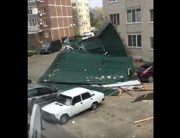 Крышу сносит: ураганный ветер вСтаврополе оставил без кровли пятиэтажный дом