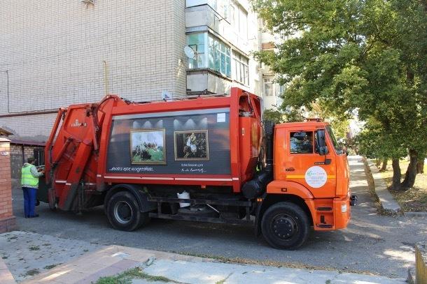 По Ставрополю ездят мусоровозы с полотнами Ван Гога