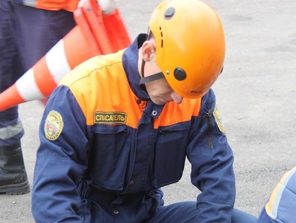 Мужчина упал с крыши двухэтажного дома в Ставрополе — пострадавшего увезла «скорая»