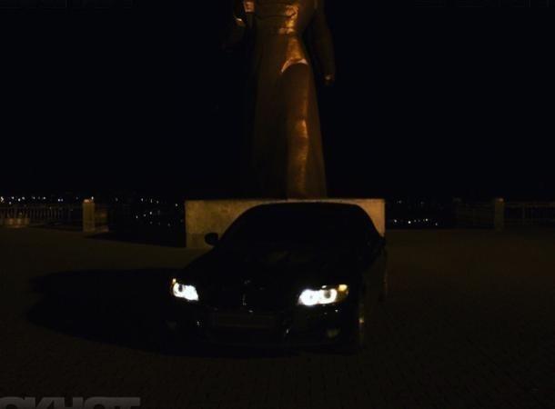 Владельца «БМВ» накажут за фотосессию у памятника Солдату сотрудники Госавтоинспекции в Ставрополе