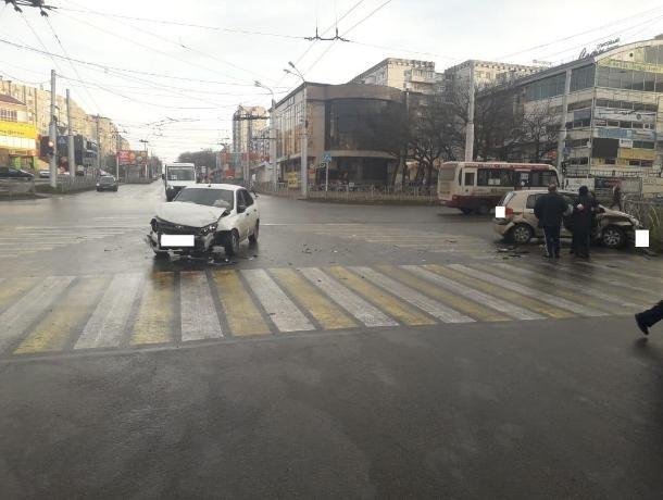 Появилось видео аварии в Ставрополе, участники которой считают себя невиновными