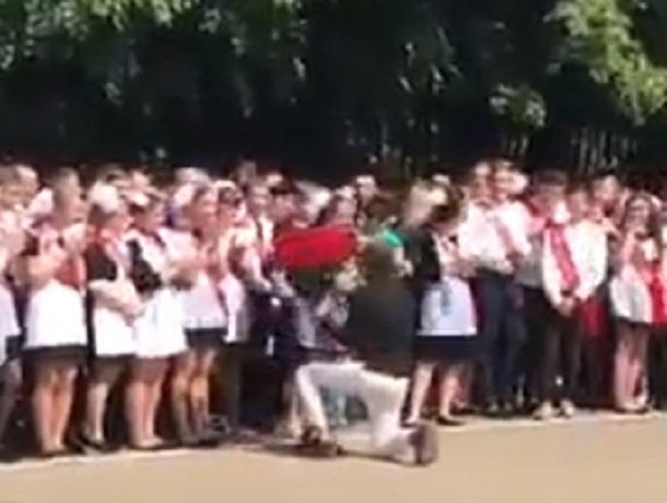 Трогательное предложение руки и сердца на последнем звонке в школе попало на видео в Ставрополе