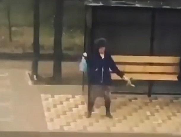«Кто-то уже вовсю отмечает»: танцы «до упада» на остановке в Буденновске попали на видео