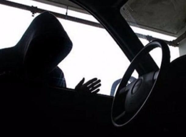 У беззаботной жительницы Ставрополья отмагазина угнали машину