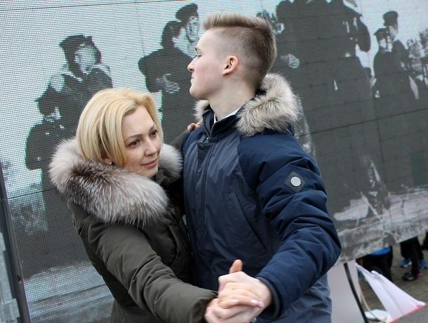 Ольга Тимофеева станцевала «Случайный вальс» во время флешмоба в Ставрополе