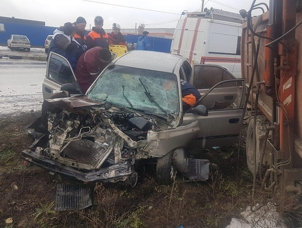 Два пассажира «Хендай» серьезно пострадали в ДТП с мусоровозом на Ставрополье