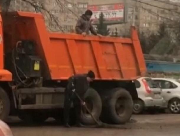 «Новые технологии» ремонта мокрых дорог сухим асфальтом и лопатами придумали ставропольские дорожники