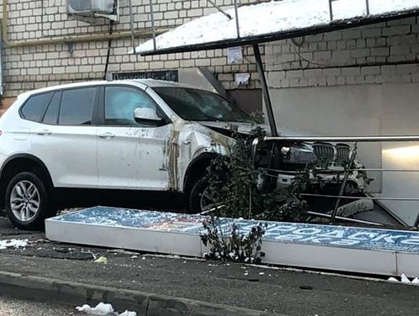Убегавший от погони BMW въехал в аптеку в Ставрополе