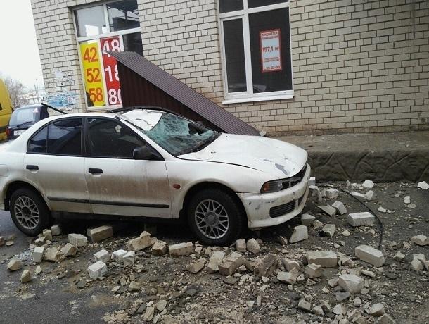 ВСтаврополе намашину упала груда кирпичей