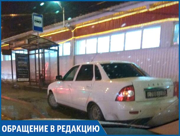 Паркуюсь как хочу: автохам перекрыл остановку в Ставрополе