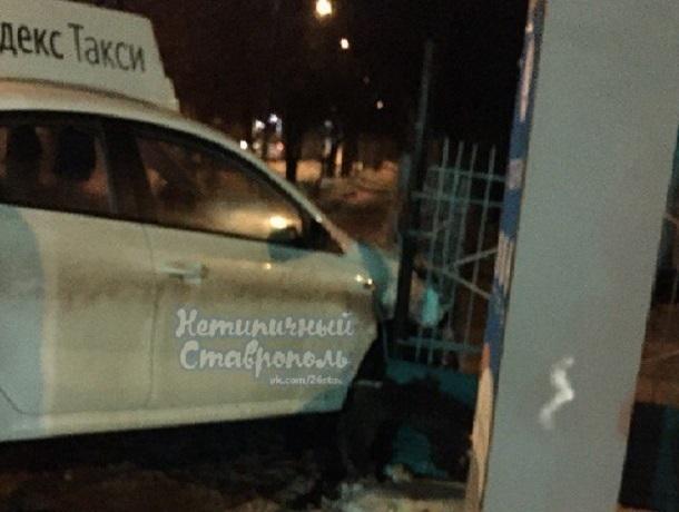 В столкновении двух иномарок в Ставрополе участвовала машина такси