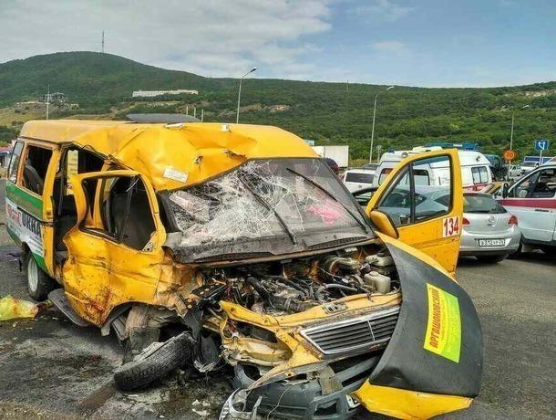 Трое человек погибли в ужасном столкновении пассажирской маршрутки с КамАЗом под Пятигорском