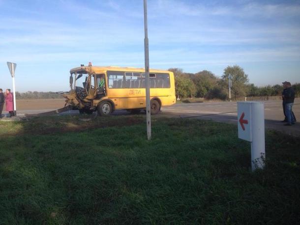Фура врезалась в школьный автобус в Новоалександровском районе
