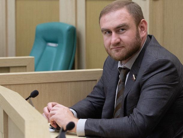 Арестованному сенатору Арашукову не хватает в СИЗО халяльного питания, а его отцу — телевизора