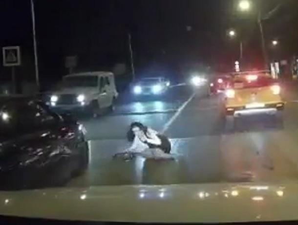 Эффектную брюнетку сбил водитель черной «Приоры» и сбежал с места ДТП в Пятигорске