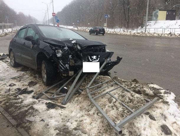 Пьяный и бесправный водитель «Пежо» снес ограждение на дороге в Ставрополе
