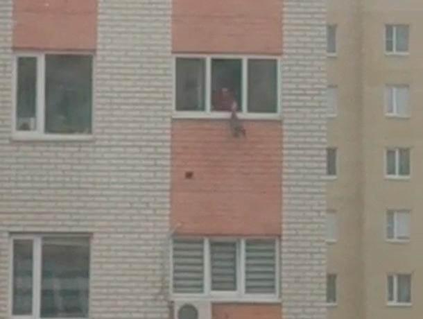Женщина выбрасывает мусор из окна дома на головы людям в Ставрополе
