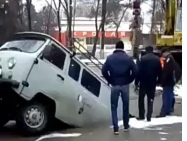 На одной из улиц Кисловодска асфальт буквально проглотил автомобиль