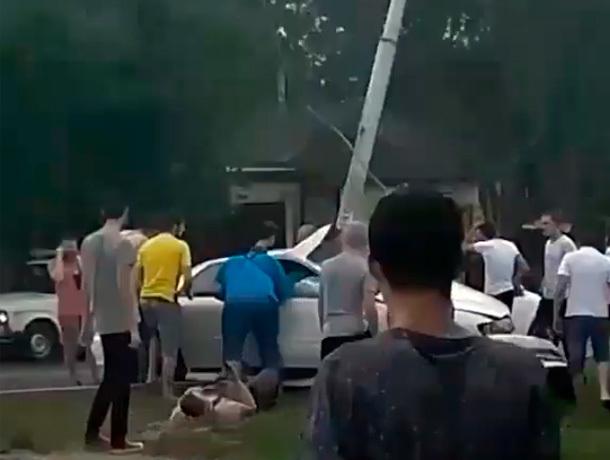 Иномарка «влетела» в столб в Ставрополе - есть пострадавшие