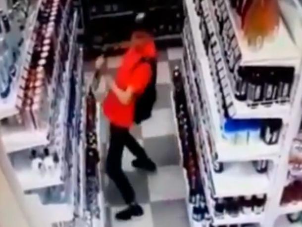 В «ритме танца» молодой человек украл в магазине колбасу и бутылку водки в Ставрополе