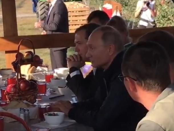 Борщем и котлетами угостили Путина и Медведева в колхозе на Ставрополье