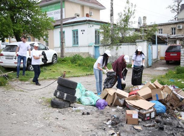 Работники Верхнего рынка и горожане убрали мусор с территории торговых рядов в Пятигорске