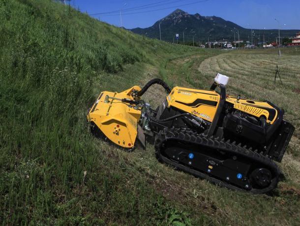 Траву вдоль федеральной трассы «Кавказ» начали косить роботы