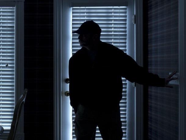 Молодой мужчина пробрался в дом 58-летней ставропольчанки и жестко изнасиловал ее