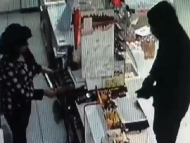 Мужчина с пистолетом ограбил продуктовый магазин в Ставрополе и попал на видео