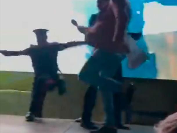 Курьезное падение на открытии фонтана попало на видео в Ставрополе