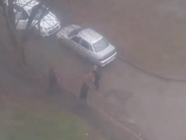 «Не разъехались»: драка водителей во дворе многоэтажки попала на видео в Ставрополе
