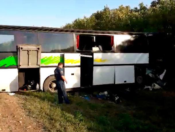 Произошло ДТП с участием автобуса и грузовика с прицепом - 2 человека погибло и 11 пострадало на Ставрополье