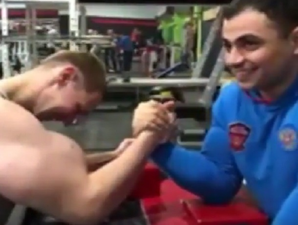 Громадные «руки-базуки» не спасли Кирилла Терешина от постыдного поражения в армрестлинге
