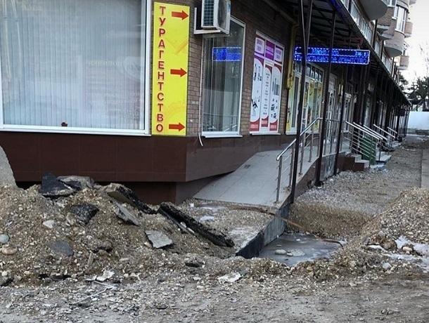 На опасные «раскопки» перед домом пожаловались жители Пятигорска