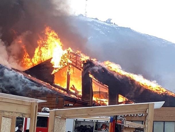 35 человек и 15 единиц техники тушили пожар на Верхнем рынке в Пятигорске
