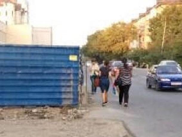 Пешеходы с детьми вынуждены ходить по дороге из-за ремонтных ограждений в Пятигорске