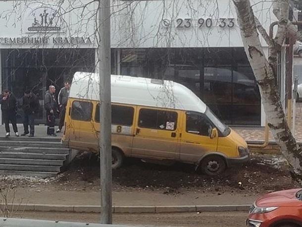 «Маршрутка» с пассажирами врезалась в офисное здание после ДТП с грузовиком в Ставрополе