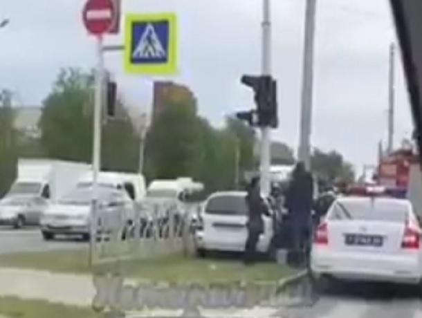Белая «Лада-Калина» влетела в светофорный столб в  Ставрополе