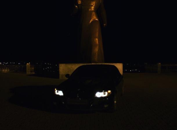 Владелец «БМВ» заехал ради эксклюзивного фото к памятнику Солдату в Ставрополе