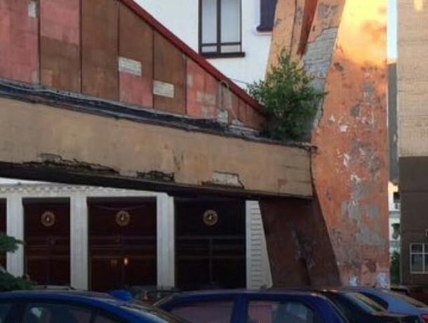 облезлая штукатурка и старые стены за новым красивым фасадом