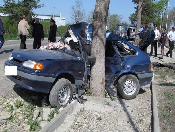 Молодой водитель ВАЗ-2114 врезался в дерево и погиб на месте в Ставропольском крае