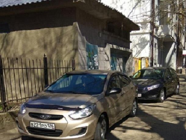 Паркуюсь как хочу: парочка автохамов  припарковала свои авто на тротуаре в центре Ставрополя