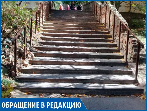 «Каждый день мамочки с колясками пробираются через жуткие ступеньки», - ставропольчанка