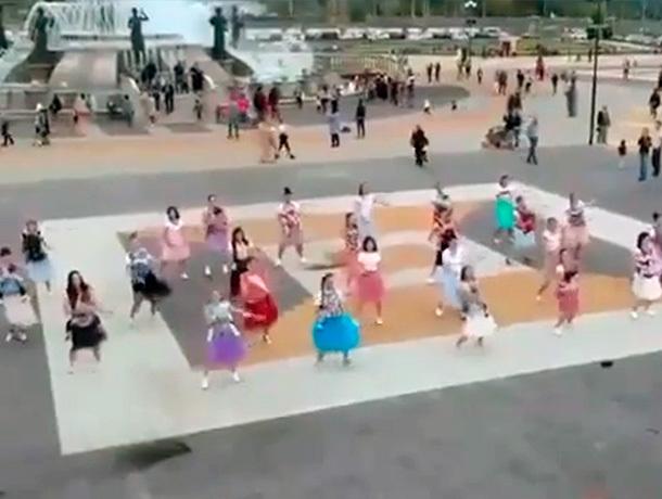 Слингомамы устроили массовый танец у нового фонтана в Ставрополе