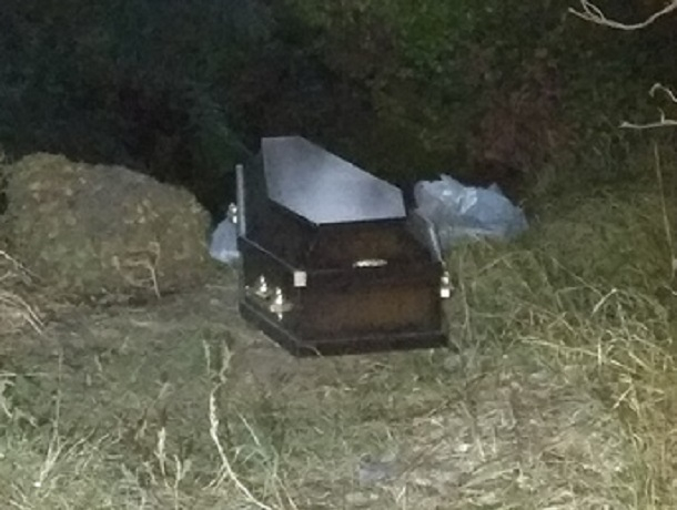Оставленный на улице закрытый гроб взбудоражил жителей Ставрополя