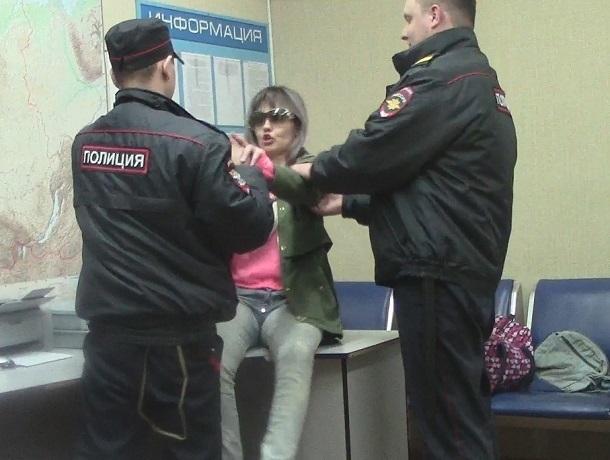 Агрессивная женщина избила полицейского в дежурной части на Ставрополье