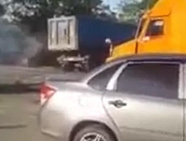 Тяжелый грузовик снес иномарку во время пожара на трассе Ставрополья и попал на видео