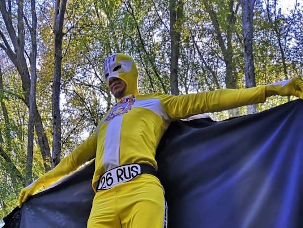 Супергероя в желтом плаще сняли на видео в Таманском лесу