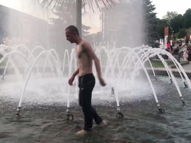 Ставропольский подросток нырнул в фонтан в ТЦ «Космос»